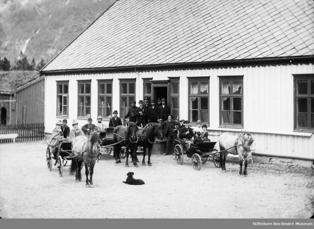 Gruppe med hestekjøretøy ved Elverhøi